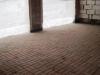 Пол из цементной брусчатки