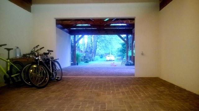 Внутренняя отделка гаражного помещения - штукатурка и брусчатка
