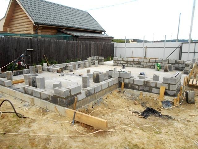 Кладка цоколя гаража - сплошные бетонные блоки