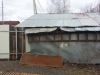 Демонтируемое строение на месте строительства гаража.