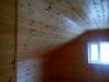 Обработка покрытия мансарды декоративным составом.