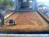 Устройство уплотненного песчаного основания под плиту въездной площадки
