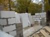 Кладка блоков у проемов ворот и газобетонных блоков стен гаража